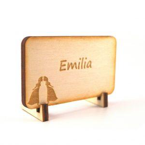 Tischkarte aus Holz mit Hochzeitspaar zwei Frauen und mit Namensgravur Emilia