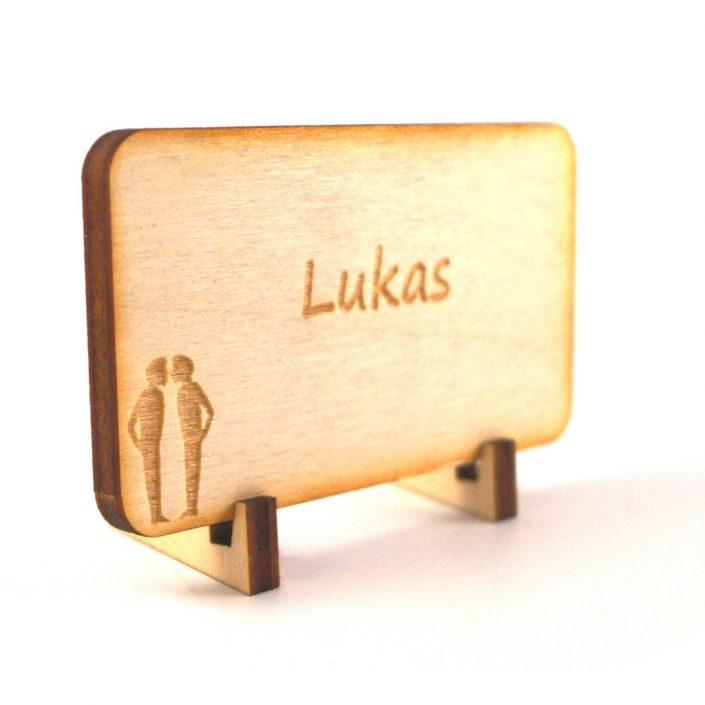 Tischkarte aus Holz mit Hochzeitspaar zwei Männer und mit Namensgravur
